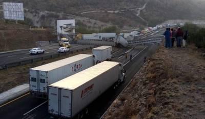 Se desploma puente peatonal en la comunidad Enramadas de SLP - La Prensa |  Noticias policiacas, locales, nacionales
